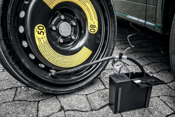 A foto mostra um pneu sendo calibrado. Imagem para ilustrar o texto sobre estepe temporário