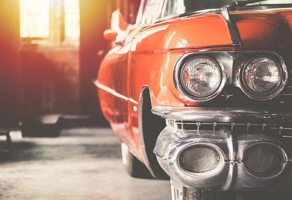 A foto mostra a parte traseira de um carro antigo. Imagem para ilustrar o texto sobre validade da gasolina