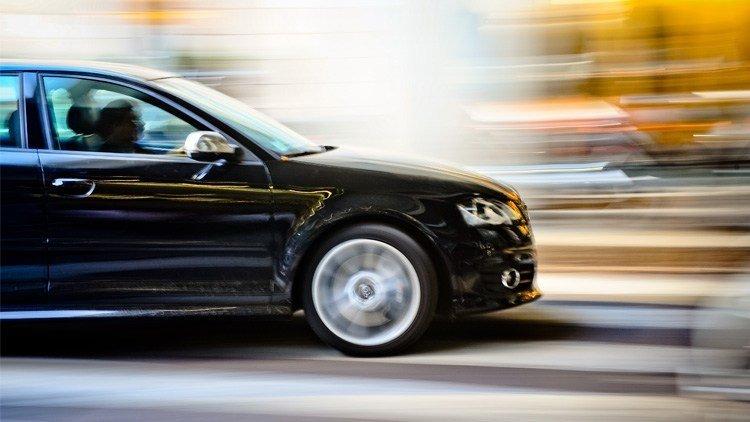 A foto mostra um carro em velocidade. Imagem para ilustrar o texto sobre dicas para economizar combustível