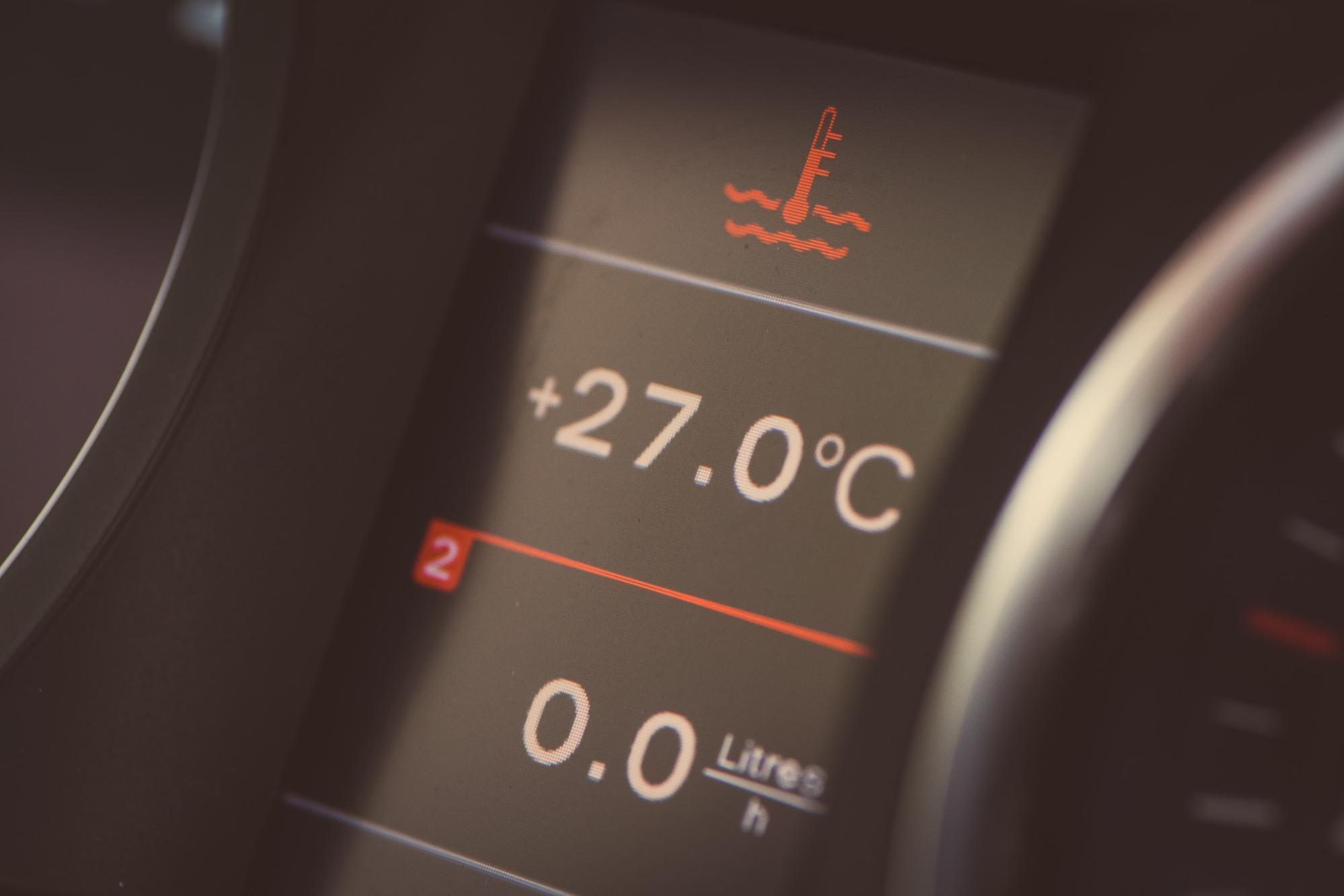 Imagem mostra o painel com medido de temperatura do carro. Foto para ilustrar o texto sobre como funciona o sensor de temperatura do seu carro