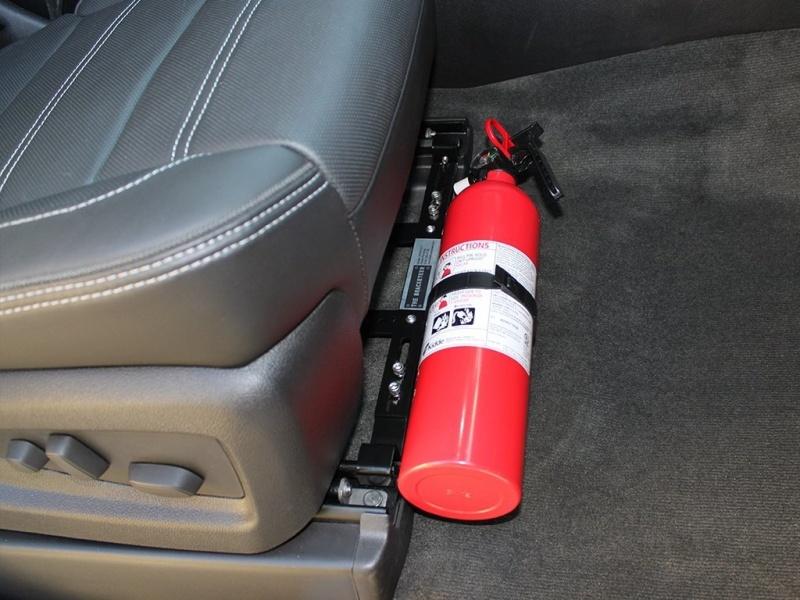 Foto de um extintor de incêndio no carro. Imagem para ilustrar o texto sobre equipamentos obrigatórios dos veículos