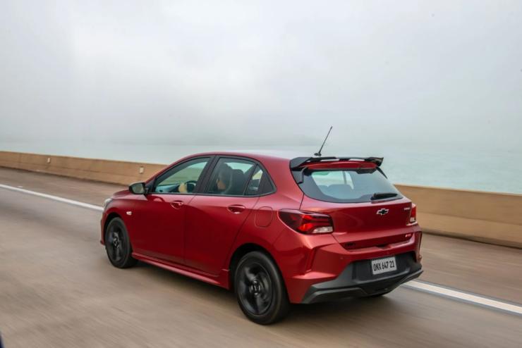 Imagem ilustrativa do texto Chevrolet Onix RS ou Hyundai HB20 Sport: comparativo completo desses dois hatches que lideram vendas