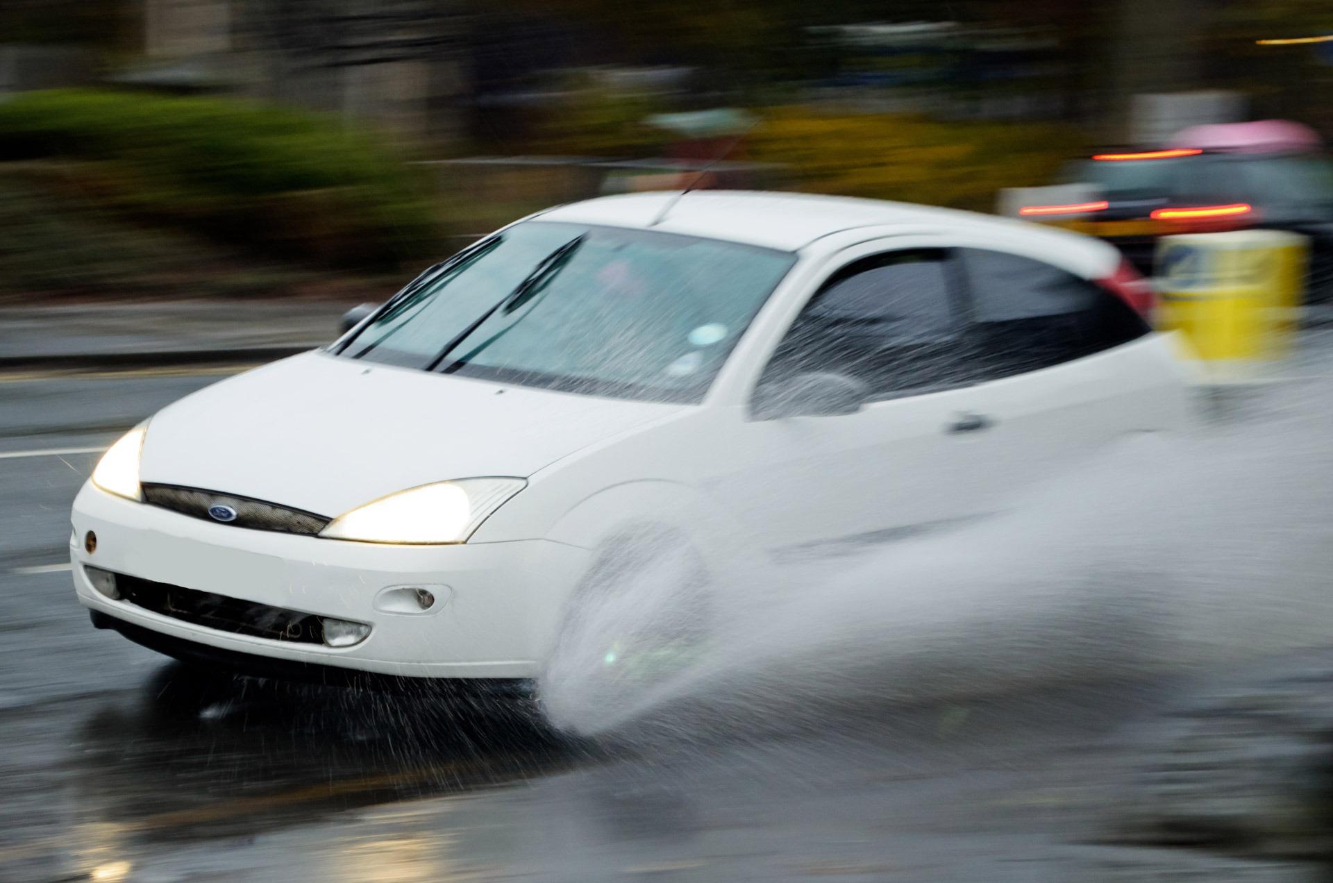 Imagem para ilustrar o texto sobre carros no período de chuvas